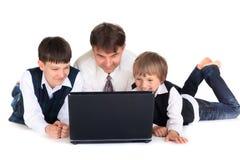 Vader en zonen met laptop Royalty-vrije Stock Foto's