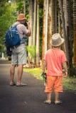 Vader en zoon bij botanische tuin stock afbeelding