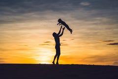 Vader en zoon bij de rode woestijn bij dageraad Het reizen met childre stock foto