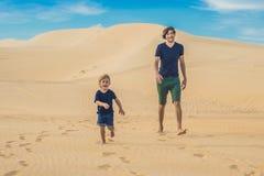 Vader en zoon bij de witte woestijn Het reizen met conc kinderen Stock Fotografie