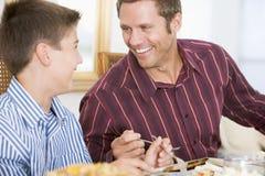 Vader en Zoon bij het Diner van Kerstmis Royalty-vrije Stock Foto's