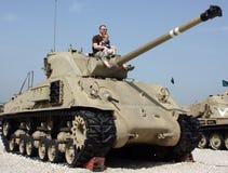 Vader en zoon bij het Museum van tanks stock foto