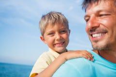 Vader en zoon bij het strand Stock Afbeeldingen