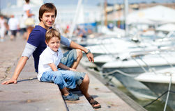 Vader en zoon bij jachthaven in stadscentrum Stock Fotografie