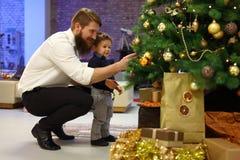 Vader en zoon bij Kerstmis Stock Fotografie