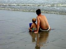 Vader en Zoon bij Strand Stock Afbeeldingen