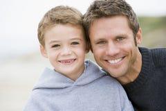 Vader en zoon bij strand royalty-vrije stock foto's