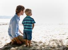 Vader en zoon bij strand Royalty-vrije Stock Afbeelding