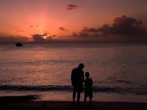 Vader en Zoon bij Zonsondergang stock afbeeldingen