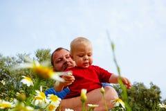 Vader en zoon in bloemen royalty-vrije stock foto