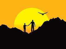 Vader en Zoon boven op Rocky Formation bij Zonsondergang. Royalty-vrije Stock Foto's