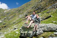 Vader en zoon in de bergen Stock Foto's