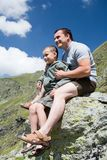 Vader en zoon in de bergen Royalty-vrije Stock Afbeeldingen
