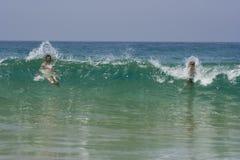 Vader en zoon in de golven Royalty-vrije Stock Afbeelding