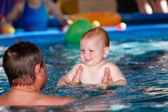 Vader en zoon in de pool royalty-vrije stock foto's