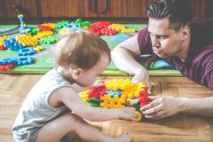 Vader en zoon die binnen spelen stock afbeeldingen