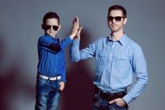 Vader en zoon die a doen Royalty-vrije Stock Fotografie