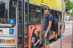 Vader en zoon die door bus in Hong Kong gaan gaan Stock Afbeeldingen