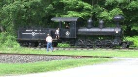 Vader en zoon die een antieke trein in Kent, Connecticut onderzoeken stock video