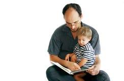 Vader en zoon die een boek lezen Stock Foto