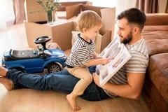 Vader en Zoon die Foto's bekijken royalty-vrije stock afbeeldingen
