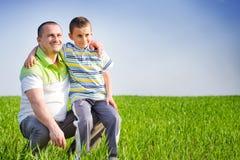 Vader en zoon die goede tijd hebben openlucht Royalty-vrije Stock Afbeeldingen