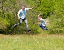Vader en zoon die goede tijd hebben samen Stock Afbeelding