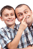 Vader en zoon die grappige gezichten maken Stock Foto's