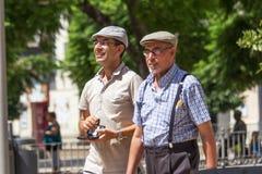 Vader en zoon die kappen dragen stock foto