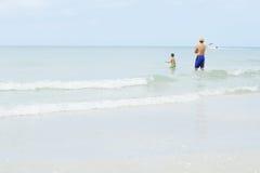 Vader en zoon die op de golven wachten Royalty-vrije Stock Foto's