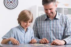 Vader en zoon die pret hebben royalty-vrije stock afbeeldingen