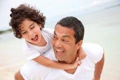 Vader en zoon die pret hebben Stock Foto