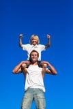 Vader en zoon die pret hebben in openlucht Stock Afbeeldingen
