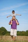 Vader en zoon die pret hebben samen Stock Afbeelding