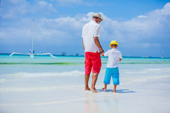 Vader en zoon die pret op strand hebben stock fotografie