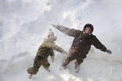 Vader en zoon die pret in openlucht op de wintervakantie hebben stock afbeelding