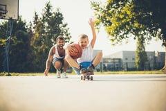 Vader en zoon die samen spelen stock fotografie