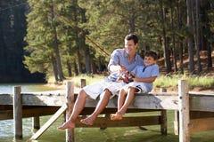 Vader en zoon die samen vissen Stock Foto's