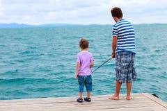 Vader en zoon die samen vissen stock afbeeldingen