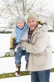 Vader en Zoon die zich buiten in SneeuwLandschap bevinden Stock Foto's