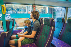Vader en zoon in een openbaar vervoer Royalty-vrije Stock Afbeeldingen