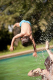 Vader en zoon in een pool Stock Foto's