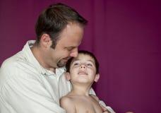 Vader en zoon in een teder ogenblik samen Royalty-vrije Stock Foto's