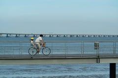 Vader en zoon in fiets Stock Fotografie