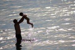 Vader en zoon in het overzees stock afbeelding