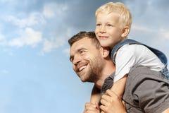 Vader en zoon in het park Royalty-vrije Stock Afbeelding