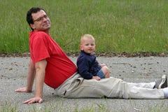 Vader en zoon in het park Royalty-vrije Stock Afbeeldingen