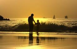 Vader en zoon in het strand Royalty-vrije Stock Foto