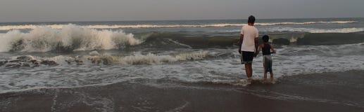 Vader en zoon in het strand stock fotografie