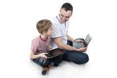 Vader en zoon met de computer. Stock Afbeelding